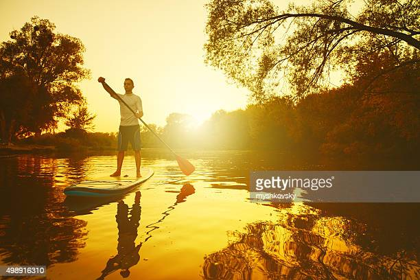 Homme sur le Stand Up Paddle