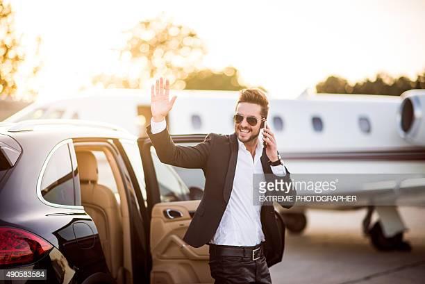 Mann auf dem Flughafen mit Telefon in der hand