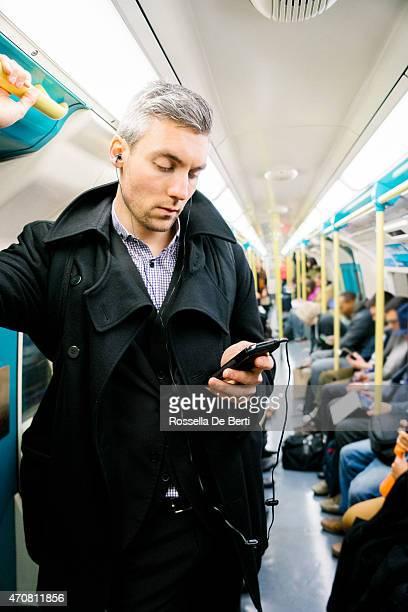Mann in der U-Bahn