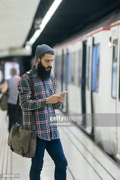 Hombre en el estacionamiento subterráneo