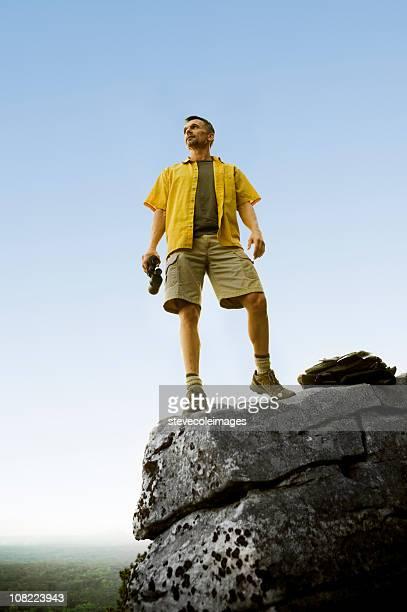 Hombre en la parte superior de las Montañas Rocosas de pico