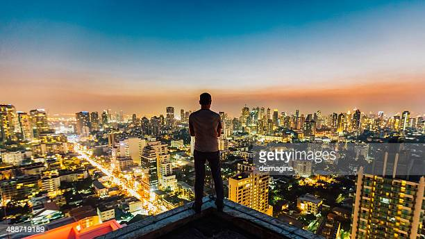 Uomo sulla cima del grattacielo