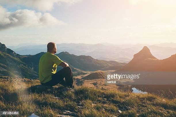 Homme au sommet de la montagne en profitant du paysage