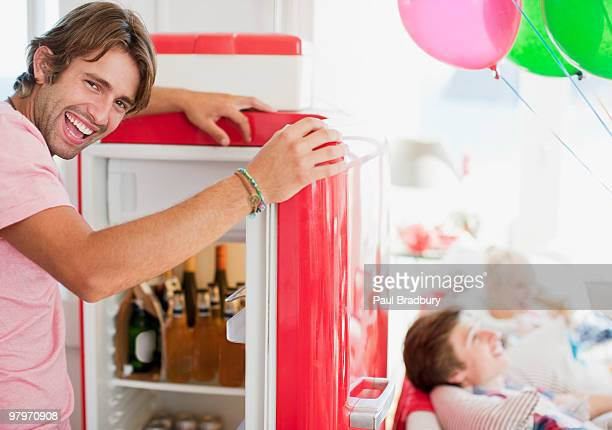 Uomo aprire il frigorifero