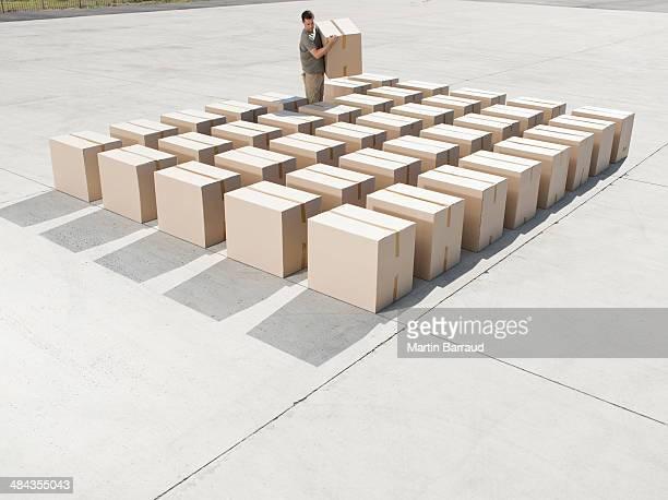 Homem organizar caixas ao ar livre