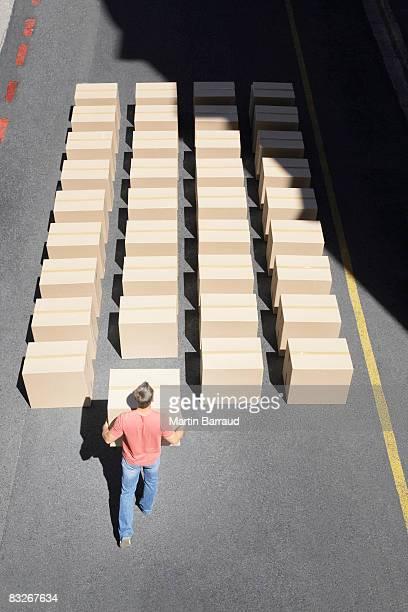 Homme organiser boîtes