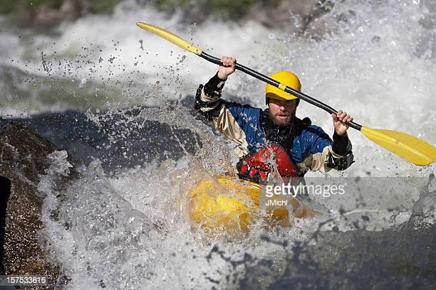 Mann Paddeln Sie eine Wildwasser-Kajaktour auf dem Idaho Fluss.