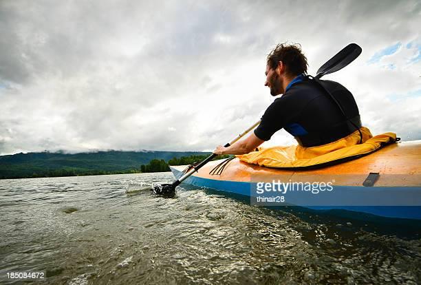 Mann Kajak paddeln in Holz