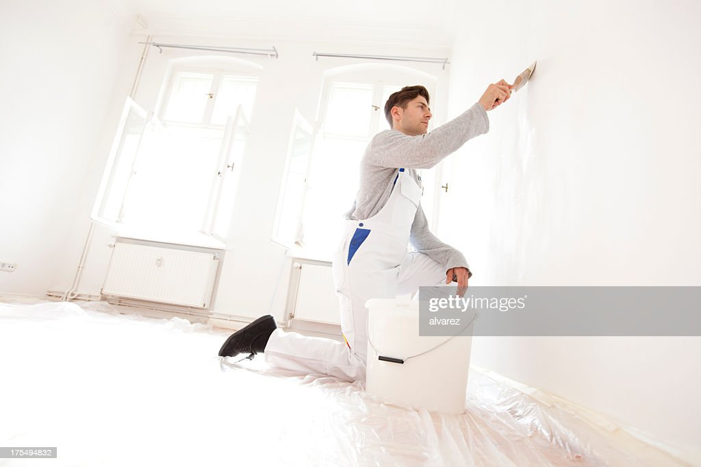 Man painting an appartment
