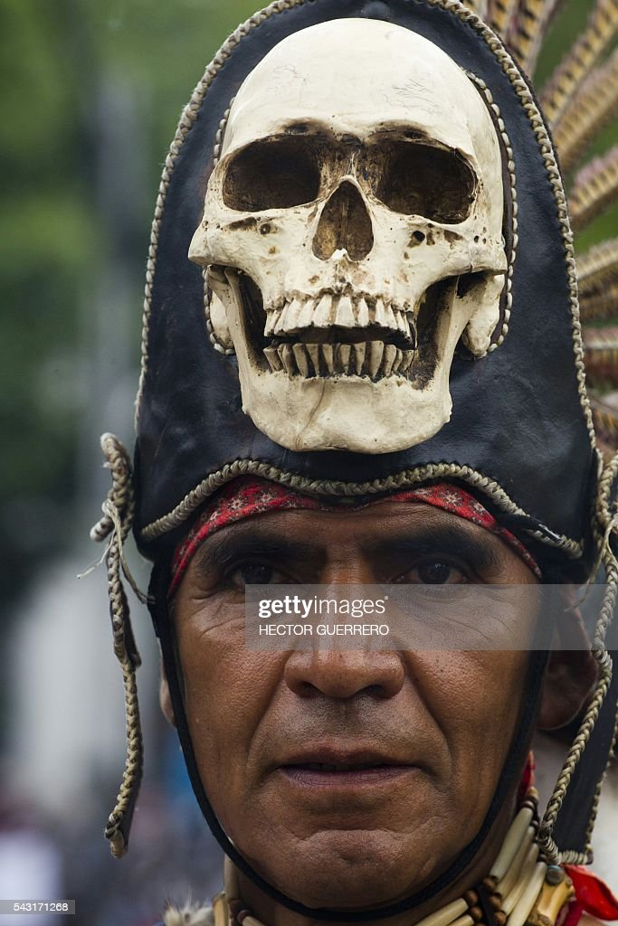 A man participates in a demo in support of the National Coordination of Education Workers (CNTE) teachers' union, and against an education reform launched by the government along Reforma Avenue in Mexico City on June 26, 2016. / AFP / Hector GUERRERO
