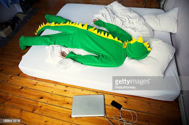 Mann übergeben Sie morgens nach dem späten Abend auf Dinosaurier-Kostüm