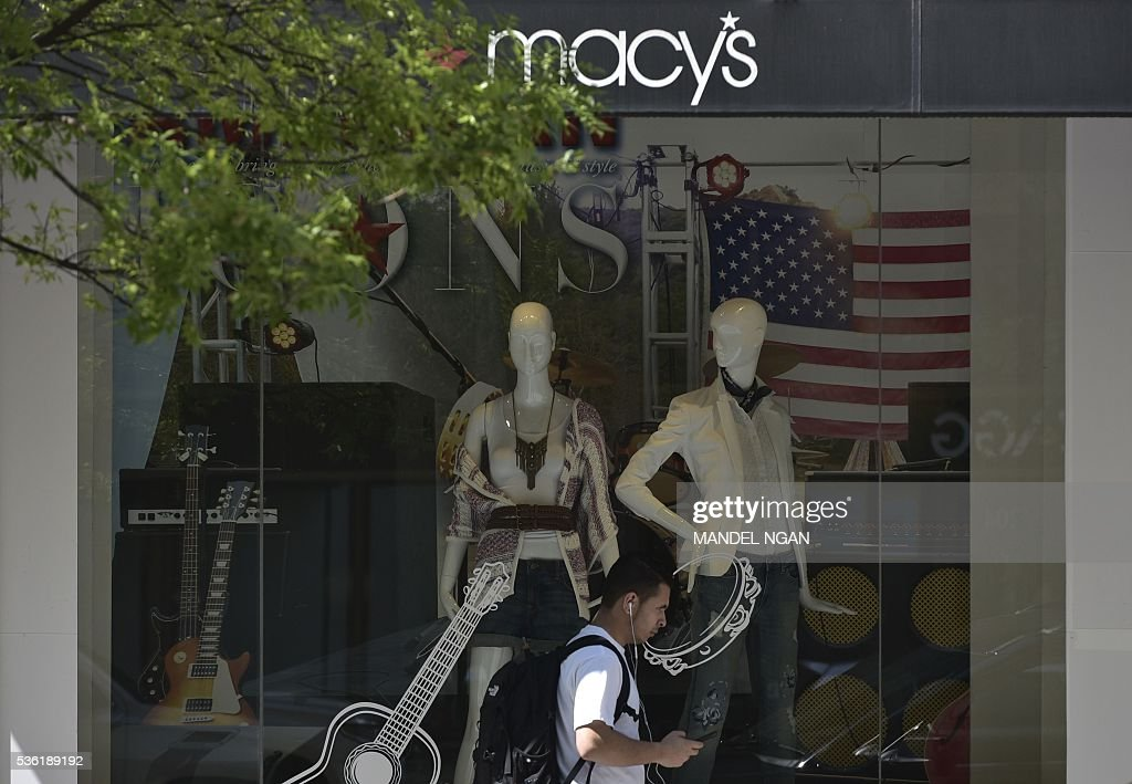 A man passes by a department store on May 31, 2016 in Washington, DC. US consumer confidence fell for the second straight month in May amid apparent caution over the economic situation, the Conference Board said May 31, 2016. / AFP / Mandel Ngan