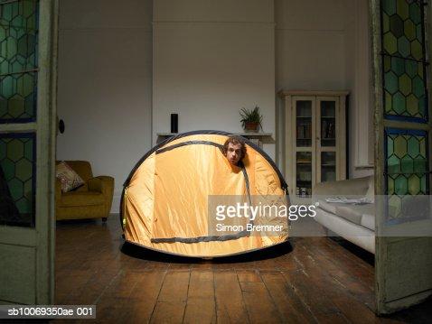 Hombre levante de carpa en la sala de estar : Foto de stock