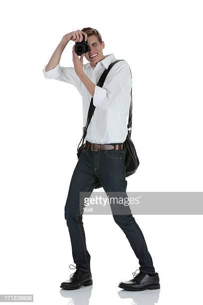 Homme de prendre une photo avec un appareil photo numérique