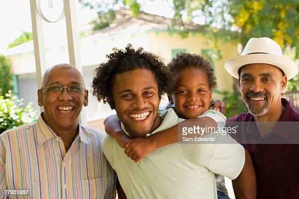 Jeune homme ferroutage garçon debout avec deux hommes âgés