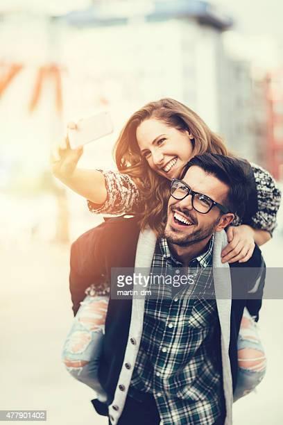 Homme piggybacks fille pour un selfie