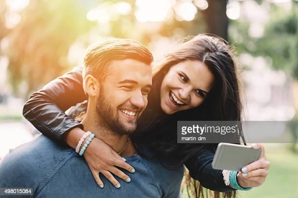 Mann Drachen steigen oder für ein selfie Mädchen