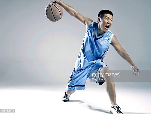 Mannes spielen basketball