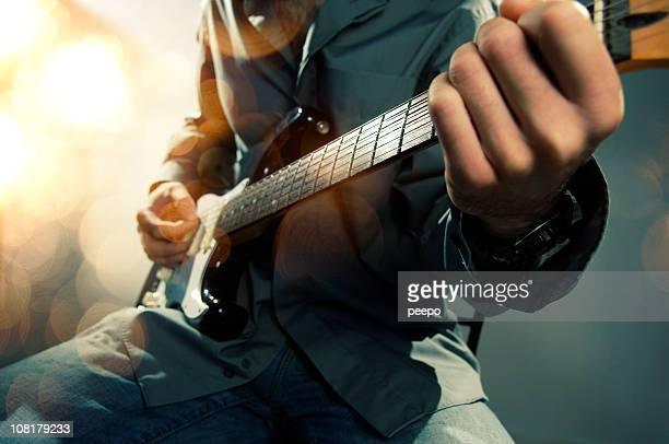 男性エレキギター演奏