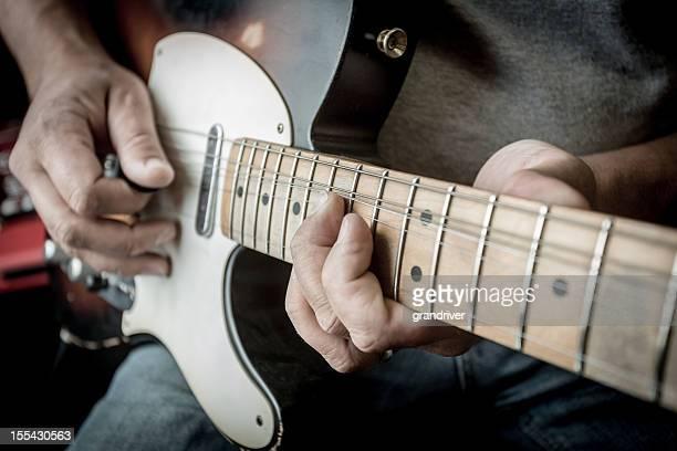 男性がギターを弾いている
