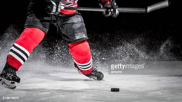 Mann spielt ice hockey