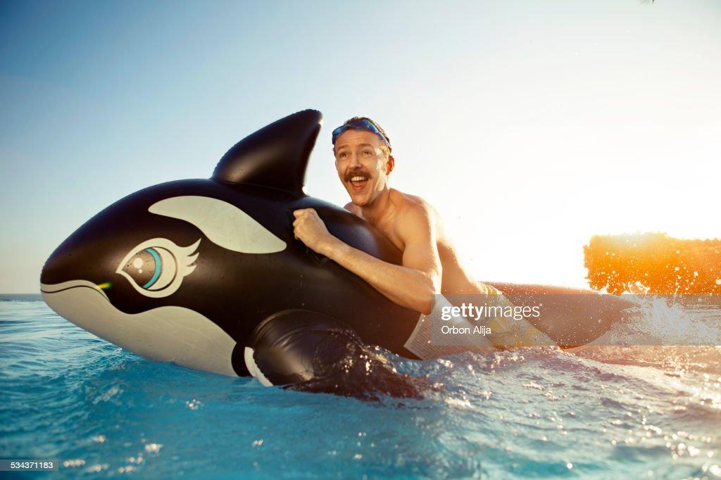 Homme jouant sur une pression des baleines : Photo
