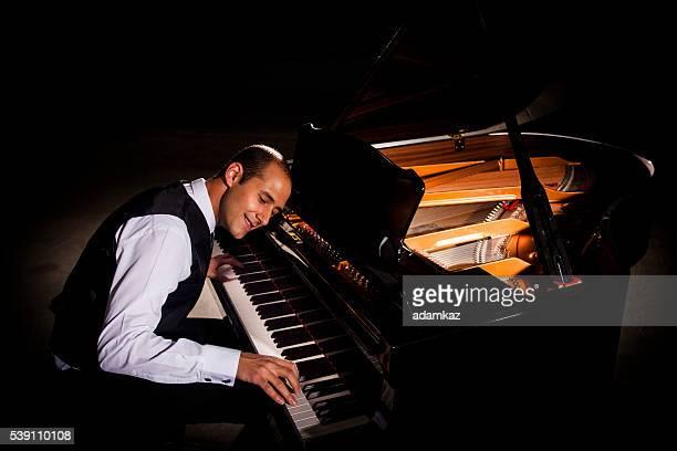 男性再生ピアノ、ドラマティックな照明