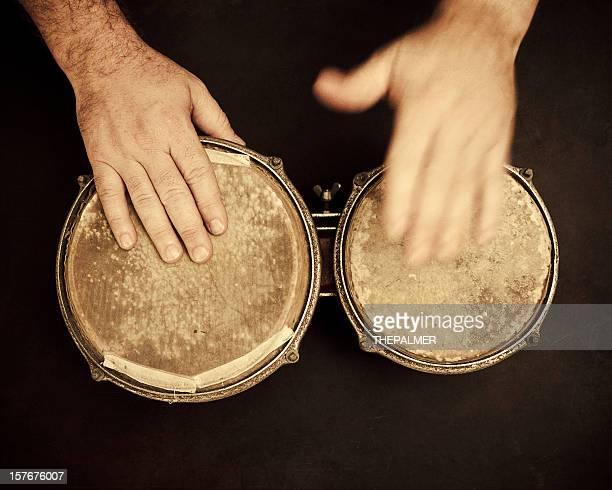 Homme jouant portée de bongos