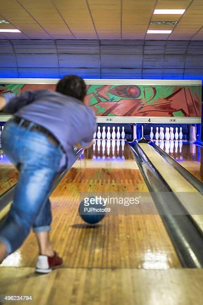 Homem joga na bowling