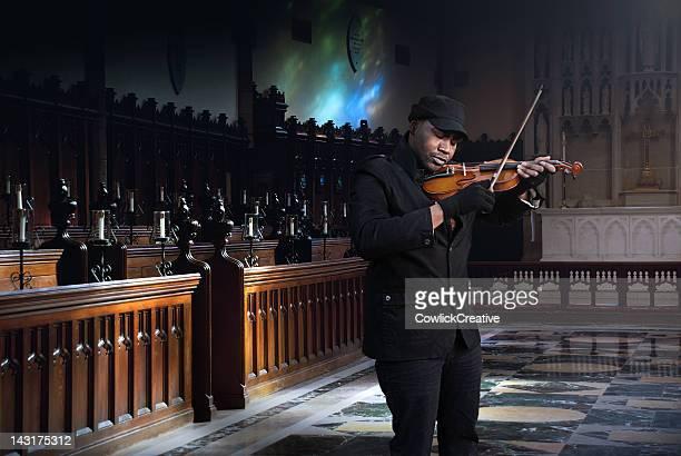 Mann spielt Violine im Schutzgebiet spät In die Nacht