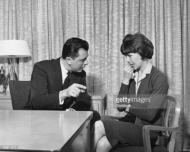 Mann zeigt und verärgert Frau Gespräch mit
