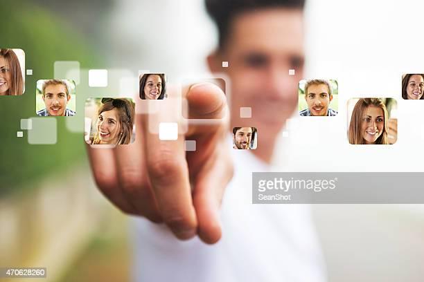 Mann zeigt seinen Finger auf Menschen-Fotos