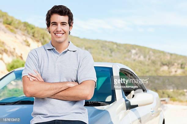 Mann posieren mit dem Auto