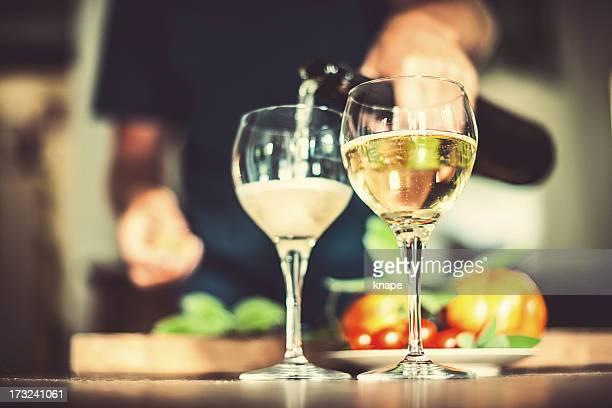Uomo versare vino frizzante