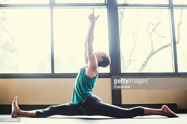 Homme pratiquant le Yoga en Studio lumineux