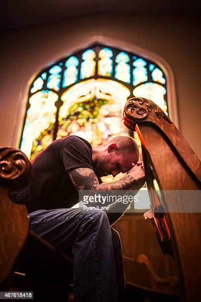 Mann Beten in der Kirche