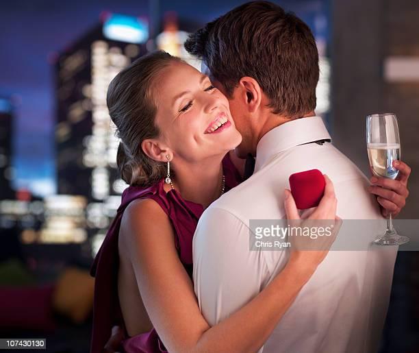 Homme propose de petite amie engagement