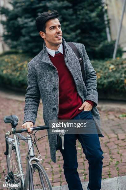 Mann sein Fahrrad schieben