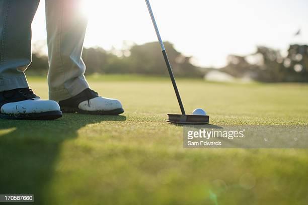 Uomo mettendo Pallina da golf