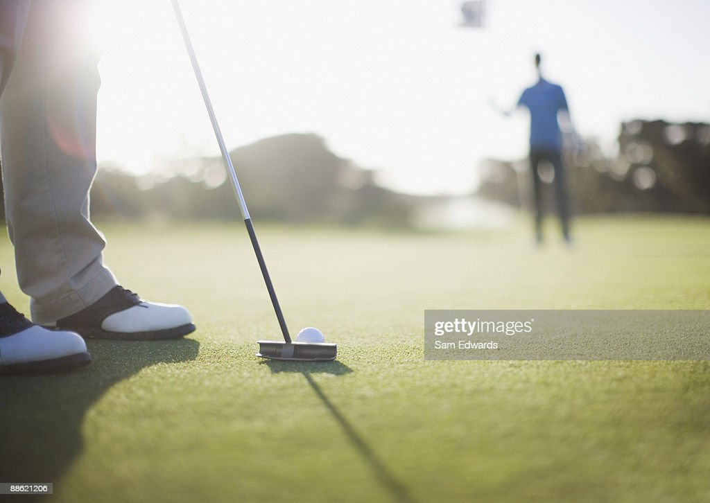 Man putting golf ball : Stockfoto