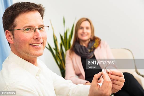 Hombre fumadores después de ver un psychotherapist