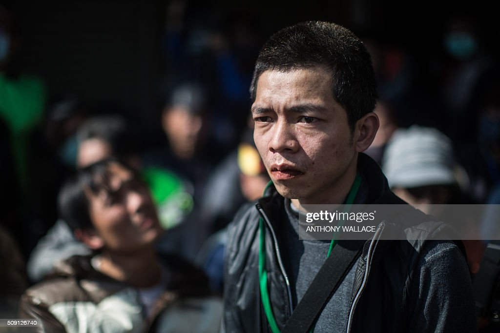 A man reacts while attending a briefing to relatives by Tainan's Mayor William Lai and Cheng Ming-chang, president of Tainan civil engineers association (both not seen), on the rescue operation of a building which collapsed in the 6.4 magnitude earthquake, in the southern Taiwanese city of Tainan on February 9, 2016. Rescuers deployed heavy machinery on February 9 in a renewed effort to locate more than 100 people trapped in the rubble of a Taiwan apartment complex felled by an earthquake as the 72-hour 'golden window' for finding survivors passed. AFP PHOTO / ANTHONY WALLACE / AFP / ANTHONY WALLACE