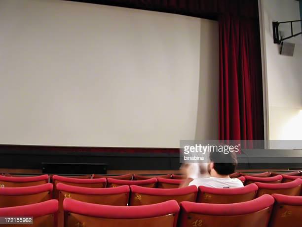 Mann liest im Kino