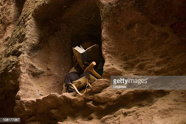 Mann lesen Bibel in Lalibela, Äthiopien