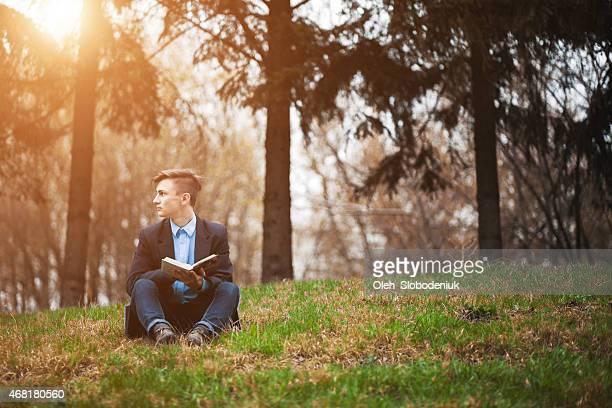 Homme lisant livre