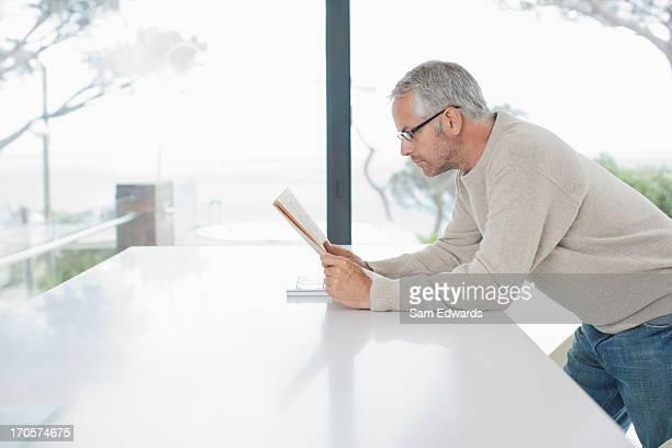 Giornale di lettura uomo