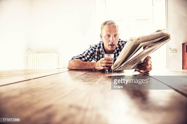 Homme lisant les actualités