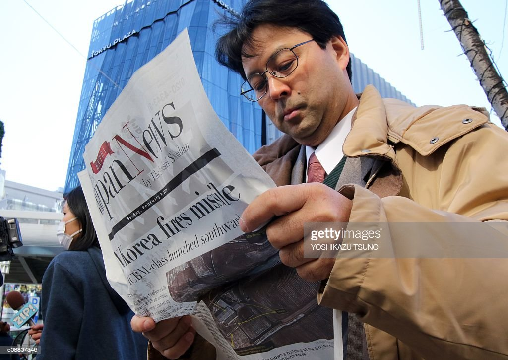 A man reads an extra edition newspaper in Tokyo which report about North Korea's rocket launch on February 7, 2016. North Korea launched a long-range rocket on February 7, violating UN resolutions and doubling down against an international community already determined to punish Pyongyang for a nuclear test last month. AFP PHOTO / Yoshikazu TSUNO / AFP / YOSHIKAZU TSUNO