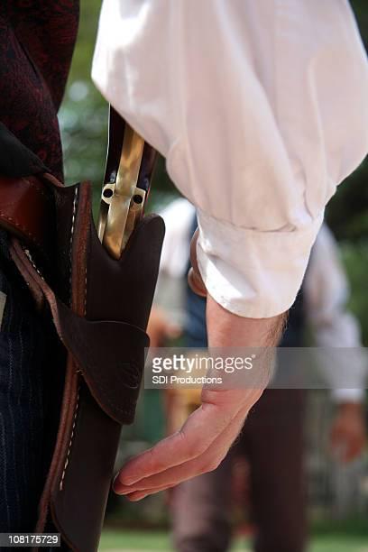 Mann bereit, um mit der Pistole in Wild West schießen Out