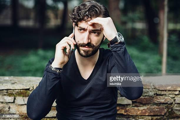 Uomo ricevere cattive notizie al telefono